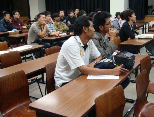 熱心に聞き入る留学生たち