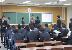 学位記を受け取る卒業生たち(情報創成工学専攻)