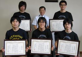 表彰された学生と仁川学部長