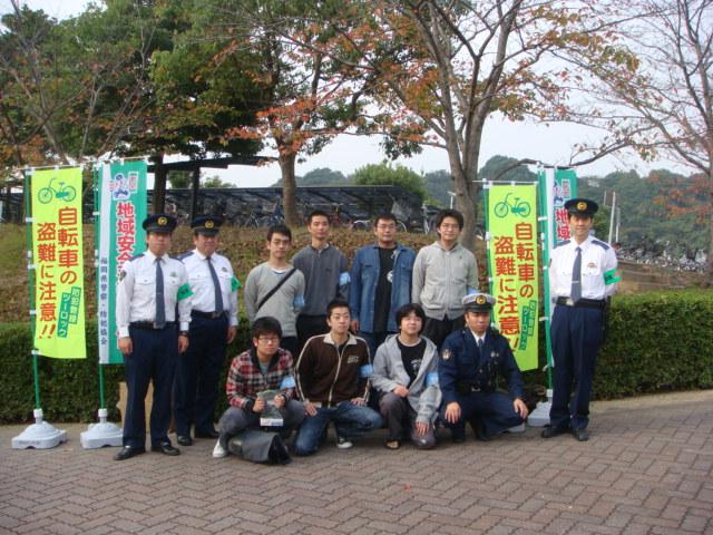 街頭キャンペーンに参加した学生
