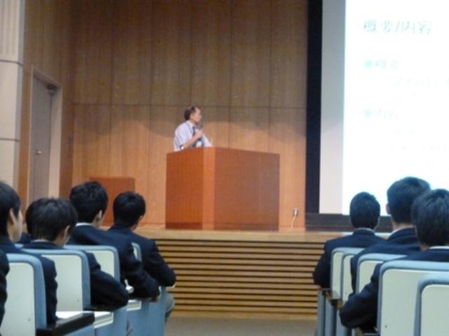 小林教授による模擬授業の様子(筑紫中央高校)