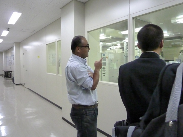 マイクロ化センターを見学する鞍手高校の一行