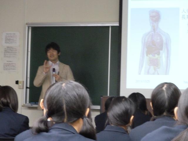 永山准教授による模擬授業の様子(筑紫中高校)