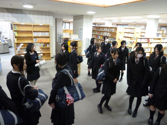 附属図書館の見学