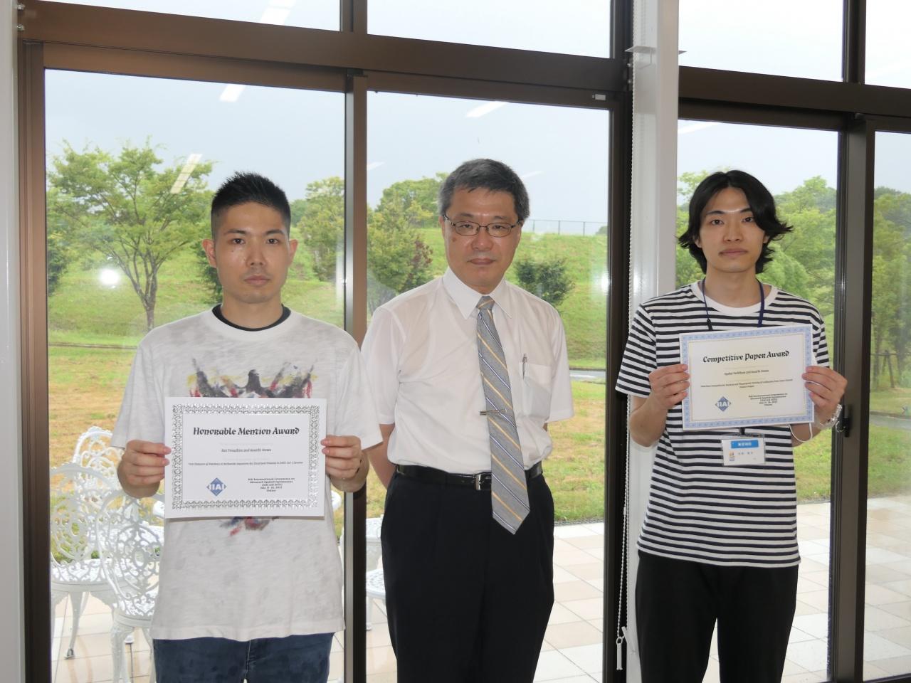 受賞された與那城さん(左)、平田教授(中央)、吉原さん(右)